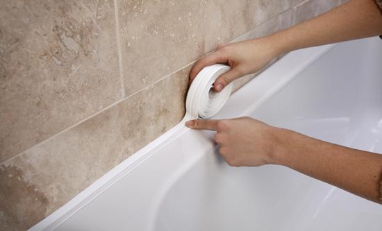 Уплотнение стыка между стеной и ванной