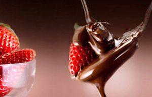 1668 Клубника, шоколад. Фартук для кухни МДФ. 2,8 метра