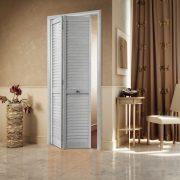 Дверь гармошка жалюзийная из ПВХ Ясень серый 2005 Х 810 мм  в интерьере